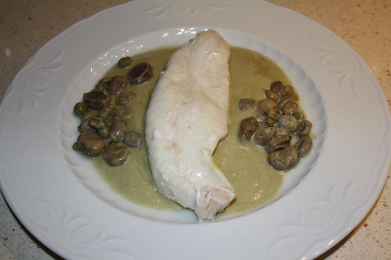 Filetes de pescado con salsa de guisante y habas