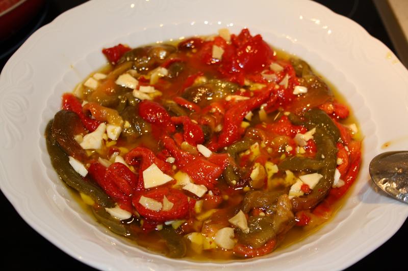 Pimientos asados con ajos fritos
