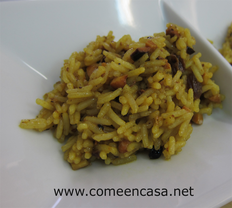 Arroz indio al curry con anacardos