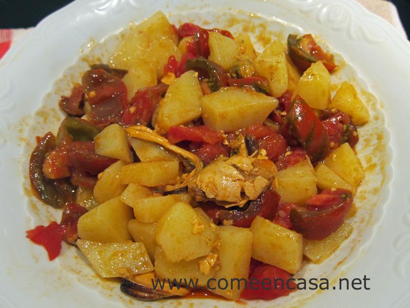 Patatas aliñadas con tomates y mejillones