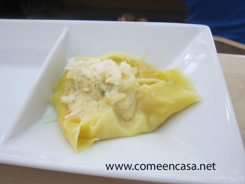 Raviolis de pasta wonton rellenos de salmón y langostinos
