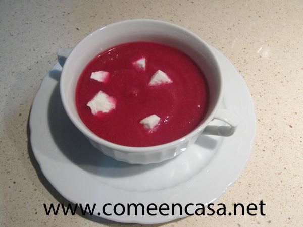 Gazpacho de remolacha y rabanitos