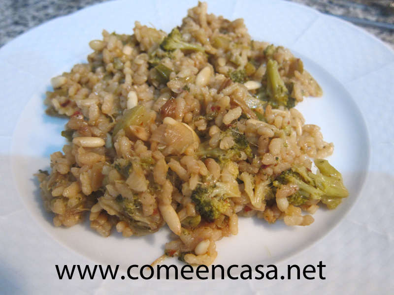 Arroz con brócoli y piñones