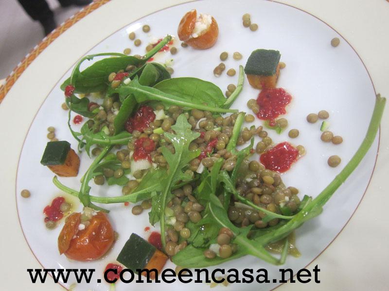 Ensalada de lentejas, verduras, aguacate, cherry y boniatos