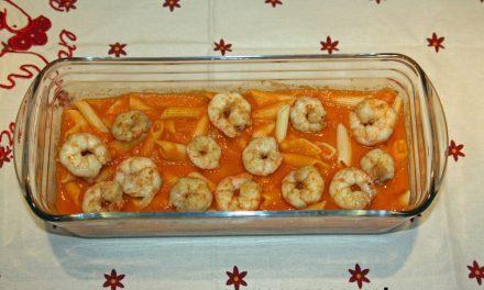 Macarrones con salsa de tomate, bacalao y gambas