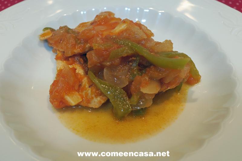 Pollo con tomates y pimientos