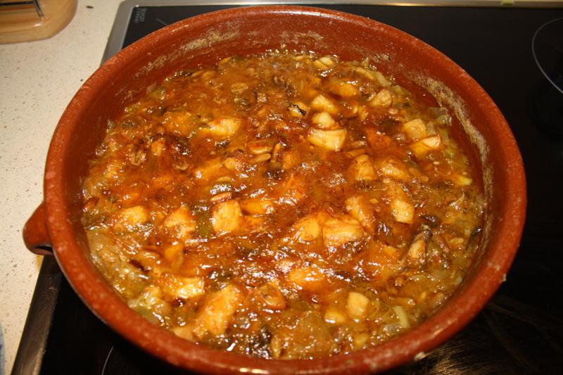Choco (sepia) con verduras, piñones y algas