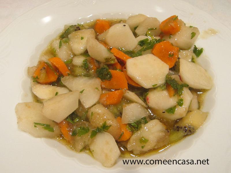Ensalada de rabanitos, frutas y verduras