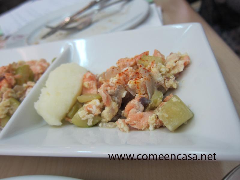 Revuelto de salmón asado y calabacín
