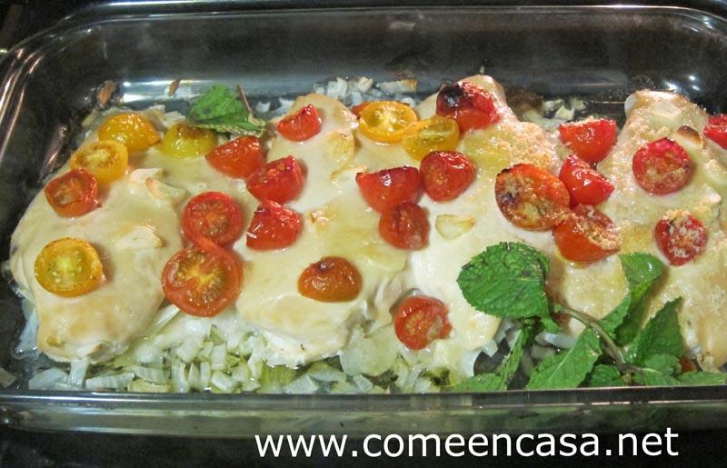 Pechugas al horno con tomates cherry y queso