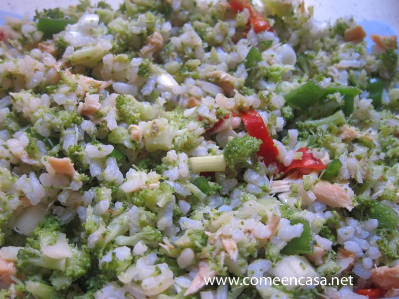 Ensalada de arroz con salmón y brócoli