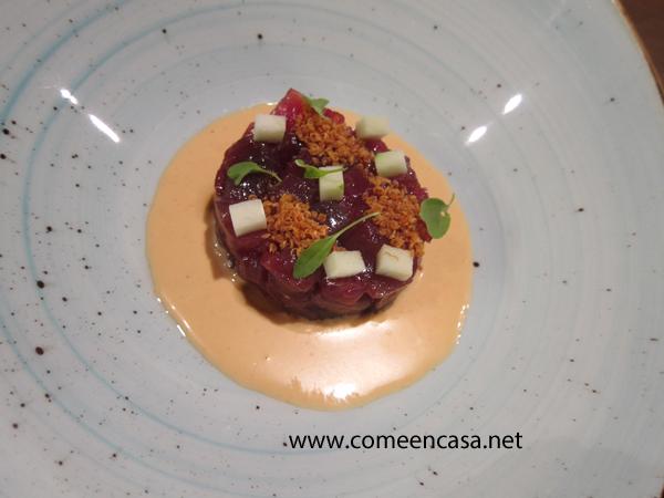 Tartar de atún con ajoblanco de kimchi y quinoa
