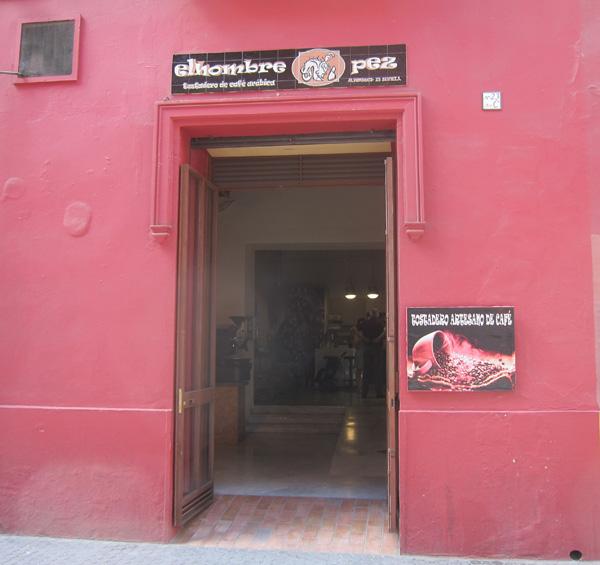El Hombre Pez tuesta café en Sevilla