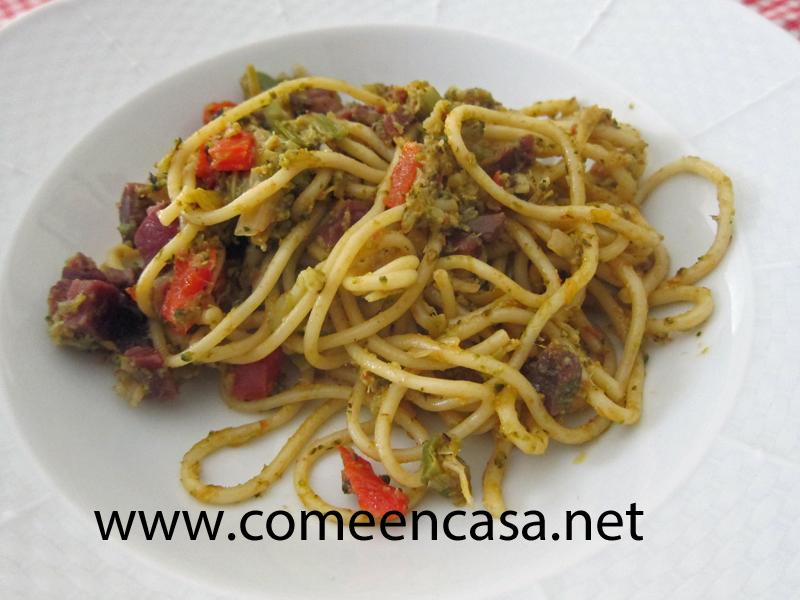 Espagueti con brócoli y jamón