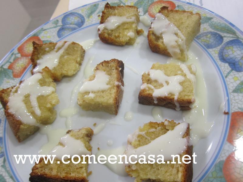Bizcocho de castañas y salsa de ron