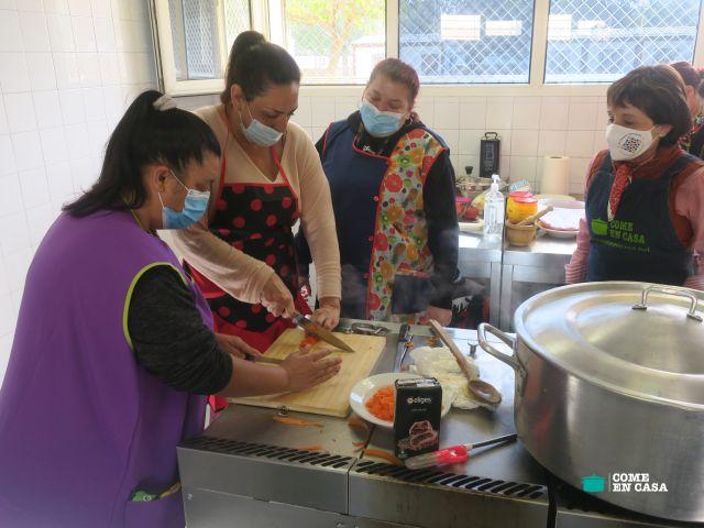 Haciendo tomate frito en el Polígono Sur